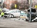 Kto zavinil nehodu policajného auta s bielou Octaviou? Polícia hľadá svedkov!