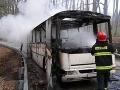 Piešťanskí hasiči bojovali s horiacim autobusom: Začal horieť priamo na ceste