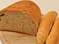 Muž sa vlámal do domu: Nebožtíkovi ukradol chlieb, pečivo a deku