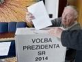 Michal Kováč vhadzuje volebný lístok do prenosnej volebnej urny
