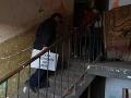 Obecný policajt s prenosnou urnou vo Veľkej Lomnici