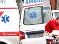 Hrozivý pád z konštrukcie: S ťažkými zraneniami robotníka odviezli do nemocnice