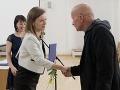 Generálna riaditeľka Sekcie umenia a štátneho jazyka  Zuzana Komárová odovzdáva cenu Ministerstva kultúry za celkovú výtvarnú a technickú kvalitu knihy Knižná dielňa Erikovi Jakubovi Grochovi