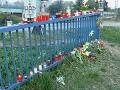 Fanúšikovia nechávali pri trati aj pri vile Ivety Bartošovej sviečky, kvety a spomienkové darčeky.