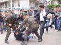 VIDEO Záchvat zúrivosti poradcu premiéra: Na zemi brutálne dokopal demonštranta!