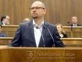 Zvolili Sulíka, no zostáva predsedom strany: Do parlamentu posiela náhradu