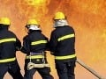Veľký požiar v Galante: Horí lakovňa, zasahujú dve desiatky hasičov
