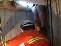 Obézny muž išiel kradnúť: Pri úteku sa zasekol vo výťahovej šachte!