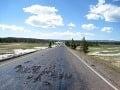V Yellowstone sa vplyvom vulkánu roztopila cesta