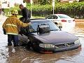 Prominentnú časť Los Angeles zaplavila voda: Hasiči pomáhali, študenti surfovali!