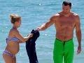 Maličká herečka a jej obrí svalovec na pláži: Pozrite sa na ten rozdiel!