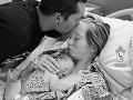 Srdcervúce FOTO rodinnej tragédie: Rodičia sa naposledy lúčia s mŕtvou dcérkou