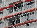 Z lešenia v Petržalke spadol robotník, vážne zranil kolegu