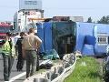 V Bratislave sa prevrátil autobus: Mŕtvy vodič, strašné diagnózy ťažko zranených!