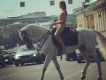 VIDEO V Moskve sa na koni prechádzala nahá kráska: Rusi si ani nevšimli, čo sa deje okolo nej!