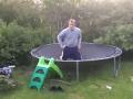 Domáce VIDEO s extrémnym výkonom:  Trampolína ho odpálila ako guľomet!