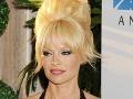 Pamela Anderson provokovala v rafinovanej a čiastočne priehľadnej róbe.