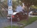 V Nitre sa môže parkovať nadivoko: Keď policajt hovorí iné ako značka vedľa neho!