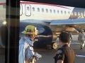 Problémy na medzinárodnom letisku: Veľkému boeingu praskli pneumatiky