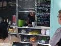 Nicole Eggert sa po 25 rokoch od začiatku nakrúcania Pobrežnej hliadky ocitla na mizine. Na ulici teraz predáva zmrzlinu z farebného nákladiaka.