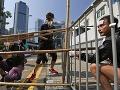 Polícia odstránila v Hongkongu časť barikád, demonštrantov napadol dav odporcov