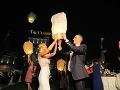 Na svadbe nechýbalo ani púšťanie lampiónov šťastia.