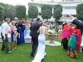 Hostia hádzali na novomanželov ryžu.