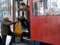 VIDEO Odporného správania: Zamestnanec dopravného podniku vykopal starčeka z električky!