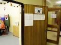 Volebné miestnosti vítajú prvých voličov