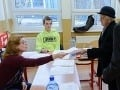 Fotografia z volebnej miestnosti vyzliekla člena komisie z mikiny