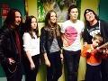 Peter Kuko Hrivňák s ostatnými speváckymi kolegami na detskej onkológii