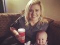 Kelly Clarkson zatiaľ svoju hmotnosť nerieši. Raduje sa z vydarenej dcérky.