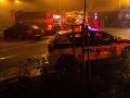 Pri požiari zasahovalo 13 hasičov a 4 vozidlá: Jeden zranený