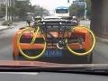 """Štýlovosť či zvrátenosť? Lamborghini s bicyklom """"na zadku"""""""