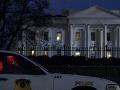 Biely dom opäť v pohotovosti: Zatkli muža, ktorý vyliezol na stojan na bicykle