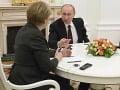 Putin na rokovaní s Merkelovou.