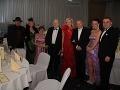 Zľava: Jozef Oklamčák s manželkou Ankou, neurológ Pavel Traubner s manželkou Katarínou, exprezident Rudosf Schuster s dcérou Ingrid a priateľmi.