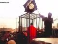 VIDEO spanilej jazdy smrti: Islamskí teroristi vedú v klietkach 17-tich zajatcov!