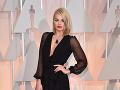 Margot Robbie stavila na transparentnosť a hlboký výstrih.