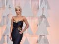 Speváčka Rita Ora si obliekla róbu s dlhou vlečkou.
