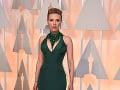 Scarlett Johansson si obliekla šaty tmavozelenej farby.