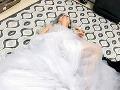 Lady Gaga zverejnila na sociálnej sieti fotografiu, na ktorej leží na zemi s pohárom v ruke.