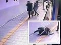 VIDEO Desivého okamihu pre mladý pár: Vystúpili z autobusu a prepadla sa pod nimi zem!