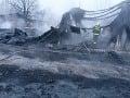 Masívny požiar v Dubnici nad Váhom: V plameňoch tri budovy i autá pred nimi
