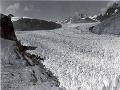 Fotografia vznikla 13. augusta 1941 na dolnom toku Muir ľadovca v údolí s prítokom Riggs ľadovca. Hrúbka ľadu je viac ako 0,7 km.