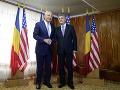 Minister obrany USA Chuck Hagel a rumunský minister obrany Mircea Dusa (vpravo)