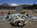 FOTO Blízko miesta pádu airbusu postavili pomník: Náhrobný kameň pre 150 obetí nešťastia