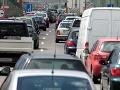 Upozornenie pre vodičov nákladných vozidiel: Na TOMTO hraničnom priechode sú kolóny