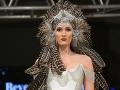 Netradičná čelenka sa objavila v kolekcii inšpirovanej burleskou.