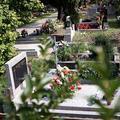Cintoríny sú otvorené dlhšie, dohliadať bude aj polícia